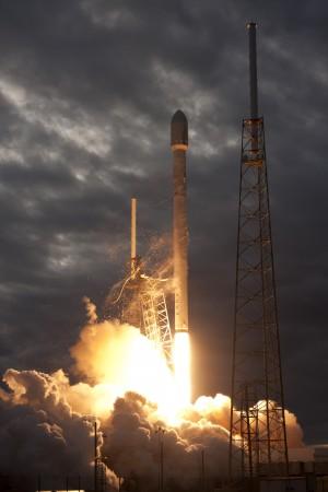 SpaceX-falcon9thaicomlaunchoutsidevert