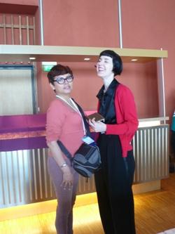 Con KarinTidbeck (tratando de no verme tan pequeña)/With Karin Tidbeck (and trying not to look so tiny)