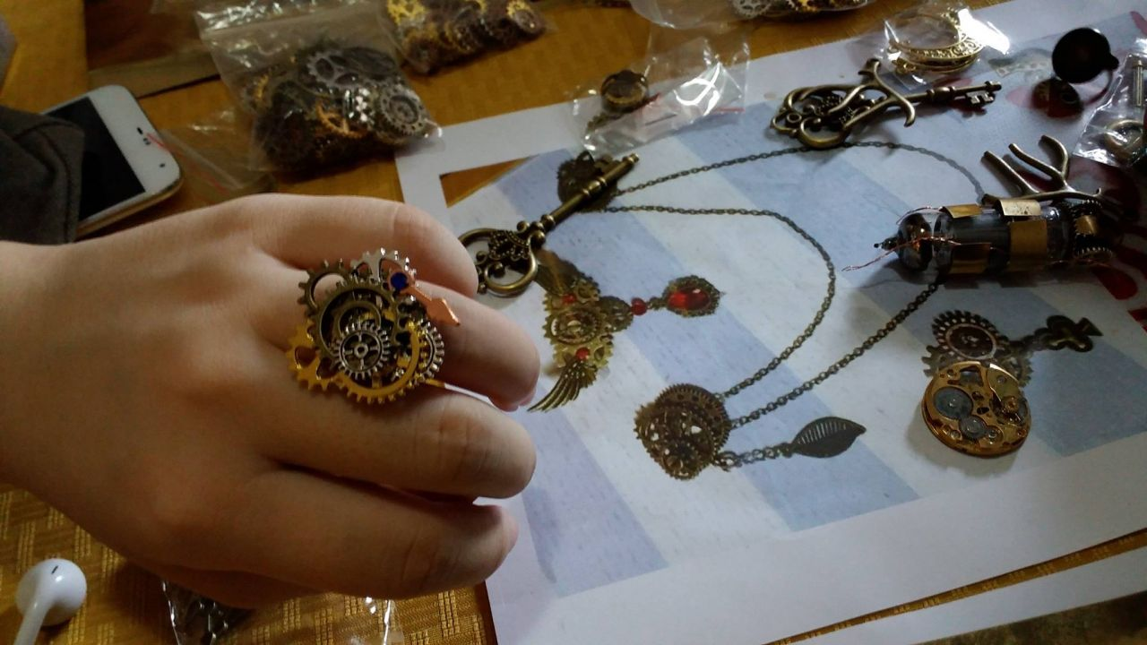 Steampunk handcrafts (Photo credit by Regina Kanyu Wang)
