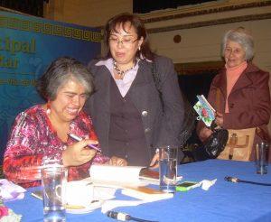 La autora firmando libros el día de la presentación