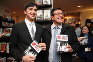 Rubén Gallardo Buitrón (izquierda) durante la presentación de su libro.